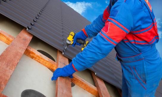 Jak dobrze wybrać pokrycie dachowe z blachy