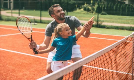 Dlaczego warto zapisać dziecko na tenisa?