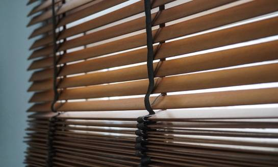 Żaluzja drewniana 50mm - gdzie można ją zastosować?