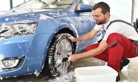 Gąbka czy szczotka – co wybrać do mycia samochodu?