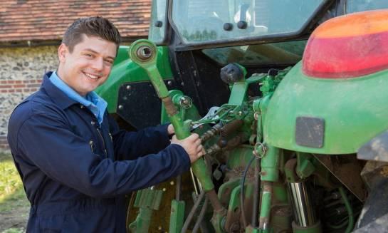 Wybór części do maszyn rolniczych – oryginalne czy zamienniki?