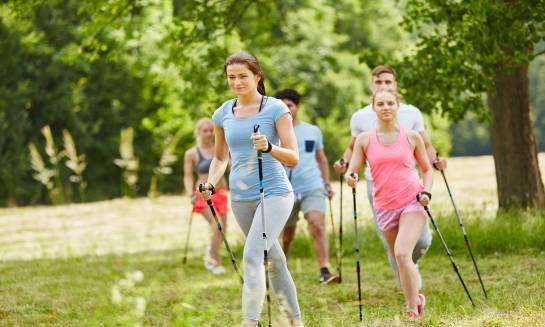 Nordic walking dla każdego - jak nauczyć się spacerów z kijkami?