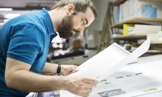 W jaki sposób drukarnie uszlachetniają dokumenty papierowe?