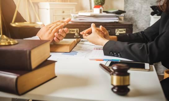 Kiedy skorzystać z pomocy kancelarii adwokackiej?