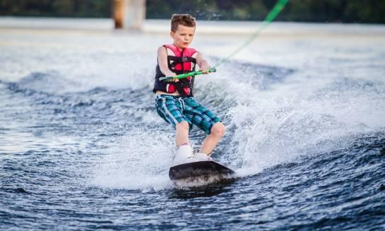 Dlaczego wakeboard to dobry wybór dla dzieci?
