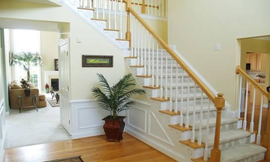 Poręcze drewniane. Stylowe dopełnienie schodów
