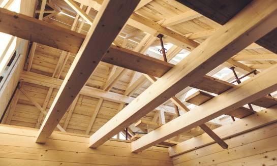 Konstrukcja dachu z drewna klejonego