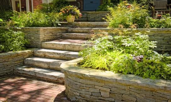 Zastosowanie kamienia naturalnego w architekturze ogrodowej