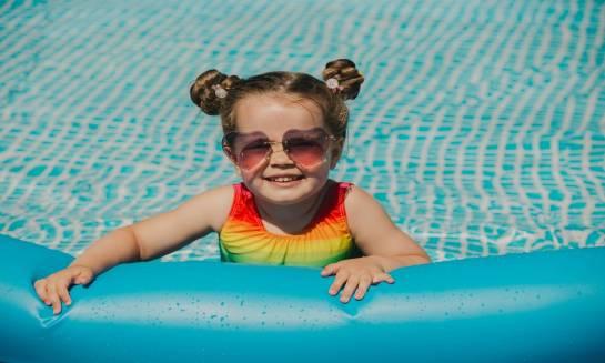 Dziecko na basenie. Wybór stroju kąpielowego