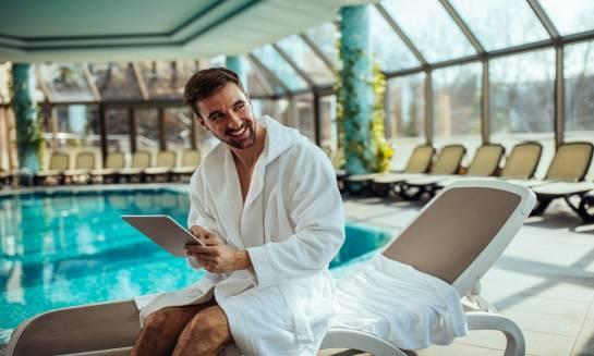 Dlaczego warto wybrać nocleg w hotelu z basenem?