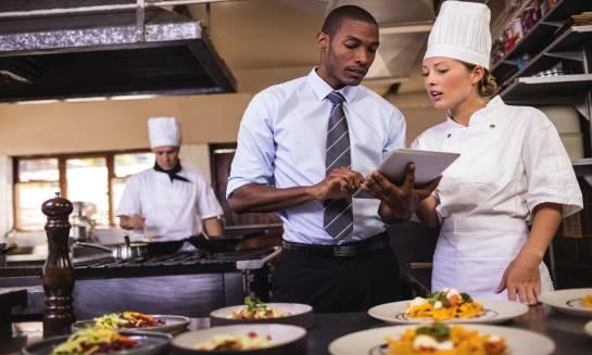 Jak powinna być zaopatrzona hotelowa restauracja?