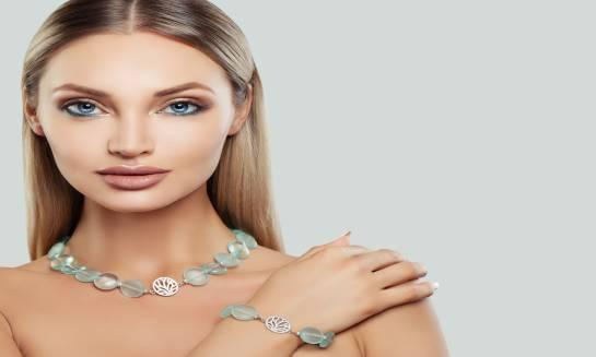 Turmaliny i opale – biżuteria z zachwycającymi kamieniami