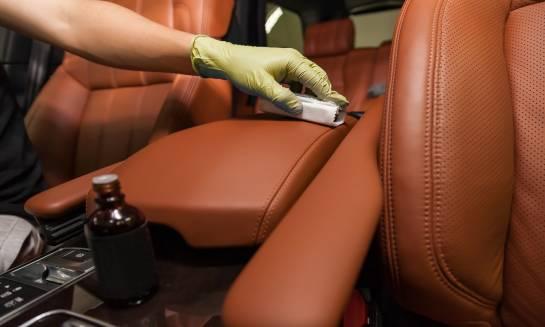 Czyszczenie tapicerki skórzanej w samochodzie. Dlaczego warto zaufać specjalistom?
