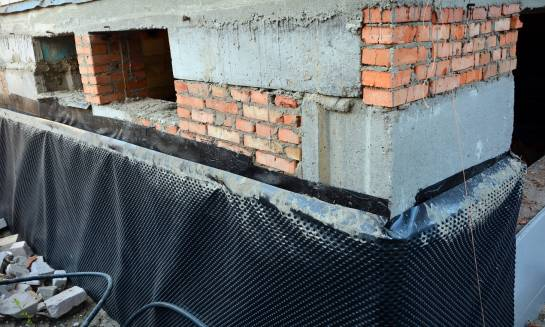 Jak zabezpieczyć ściany przed zalaniem?