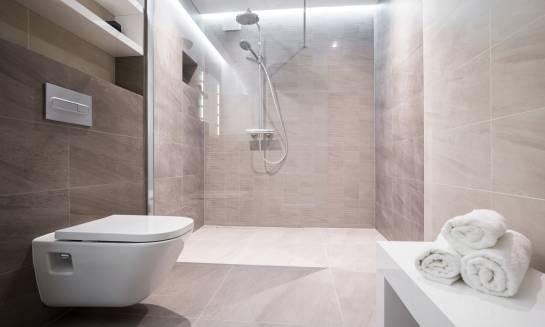 Wybór kabiny prysznicowej – z brodzikiem czy bez?