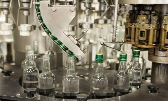 W jaki sposób powstaje wódka w destylarni?