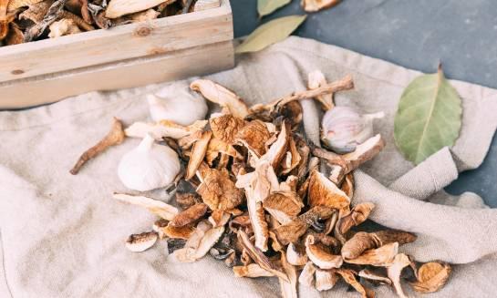Suszone grzyby w formie grysu idealne do produkcji farszów