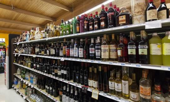 Regały alkoholowe jako elementy stoisk monopolowych