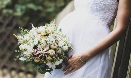 Suknie ślubne dla kobiet w ciąży. Czym powinny się charakteryzować?