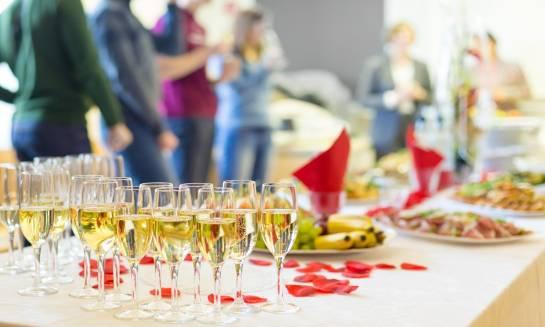 Przyjęcie okolicznościowe – w domu  czy w restauracji?