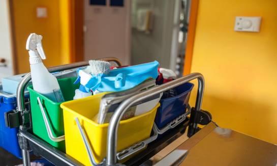 Co wchodzi w skład zestawów sprzątających dla firm?