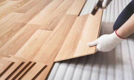 Wybór paneli podłogowych dla domu – na co zwrócić uwagę?