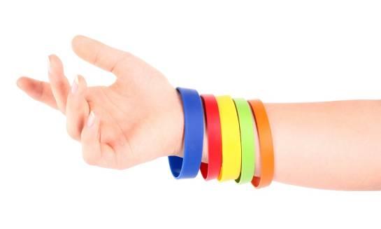 Odblaskowe elementy, bransoletki kontaktowe - dodatki dla bezpieczeństwa dzieci