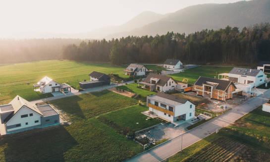 Czym charakteryzują się działki budowlane na gotowych osiedlach?