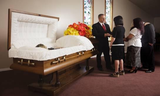 Pogrzeb tradycyjny czy kremacja - co wybrać?