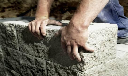Galanteria betonowa jako elementy aranżacji ogrodów w każdym stylu