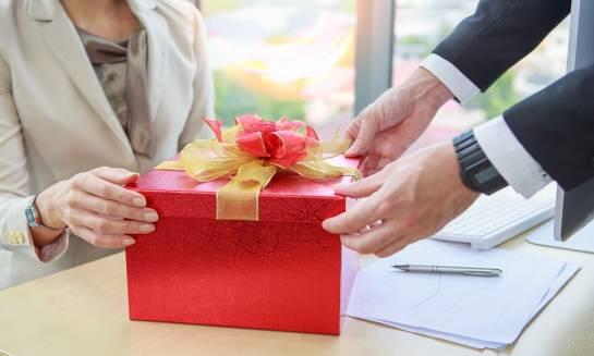 Firmowe paczki świąteczne. Co wypada wręczyć pracownikom?