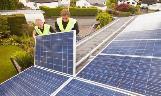 Montaż paneli fotowoltaicznych na dachu. Etapy postępowania