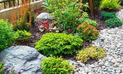 Jakie kamienie naturalne wykorzystuje się w aranżacji ogrodów?