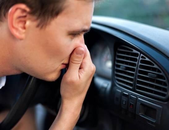 Nieprzyjemny zapach w samochodzie – jak się go pozbyć?