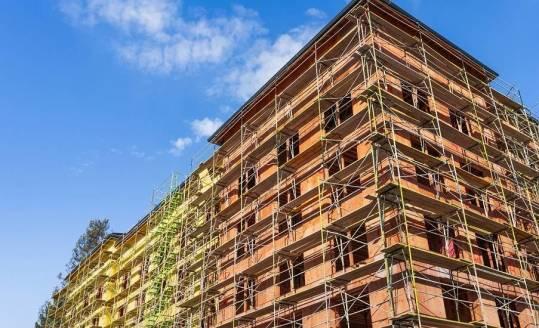 Rodzaje szalunków i rusztowań wykorzystywanych na placach budowy