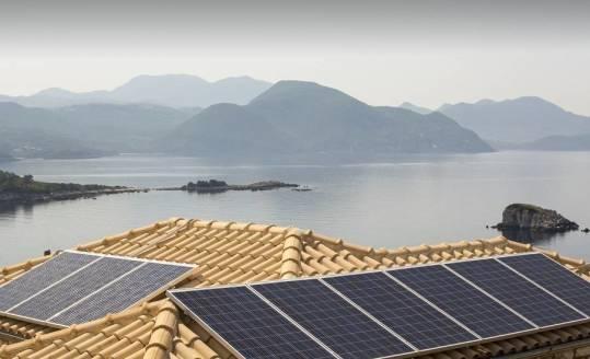 W jaki sposób montuje się panele fotowoltaiczne na dachówce?