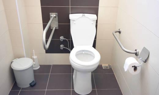 Zalety specjalnych uchwytów w toalecie dla niepełnosprawnych