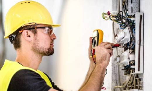 Awaria instalacji elektrycznej. Jak szybko uzyskać pomoc?