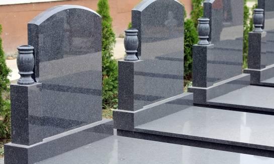 Co warto wiedzieć przed zakupem pomnika cmentarnego?
