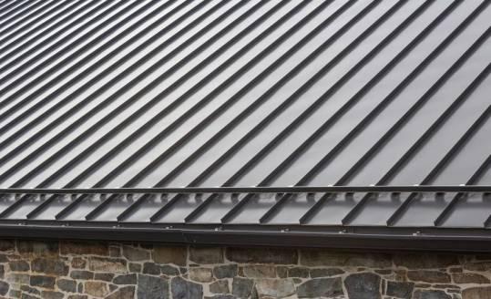 Panele dachowe na rąbek – charakterystyka i zastosowanie
