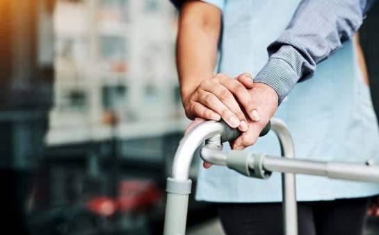 Najważniejsze zalety wynajmu sprzętu rehabilitacyjnego
