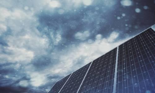Czy panele fotowoltaiczne działają wydajnie przy pochmurnym niebie?