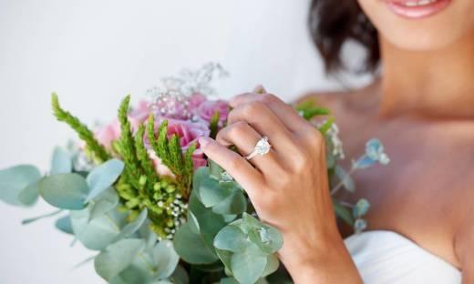 Na którym palcu nosić pierścionek zaręczynowy i obrączkę?