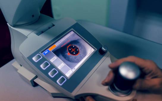 Jakie badania są wykonywane w celu sprawdzenia stanu rogówki oka?