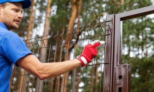 Przegląd akcesoriów do montażu ogrodzeń, w które warto zainwestować?