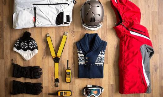 Jakie są niezbędne elementy stroju narciarskiego?