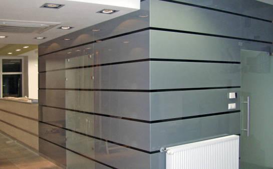 Pomysły na panele ze szkła lakierowanego we wnętrzu biurowym