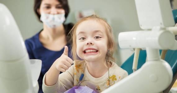 Jakiemu leczeniu stomatologicznemu poddaje się zęby mleczne?