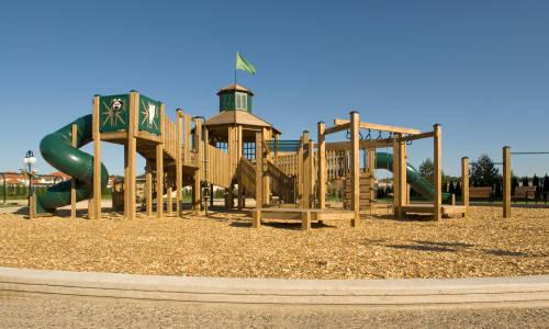 W czym drewniane place zabaw są lepsze od metalowych?