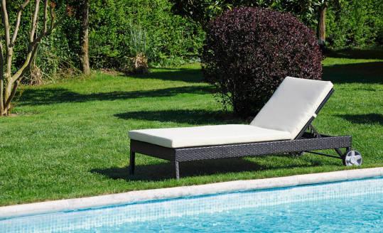 Wypoczynek w ogrodzie – leżaki, leżanki czy łóżka ogrodowe?